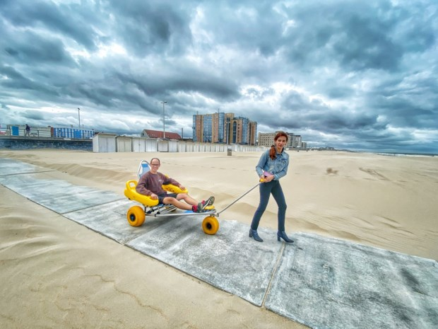 Betonnen paden op strand maken zee toegankelijker voor rolstoelen