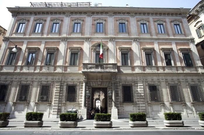 """""""Wacht maar even in het bed van Poetin"""": Berlusconi zet het paleis waar zijn beruchte bunga-bunga-feestjes plaatsvonden te koop"""