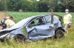 Auto over de kop, bestuurster gewond