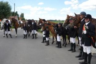 Sint-Eligiusruiters houden ommegang rond Maarke in ere