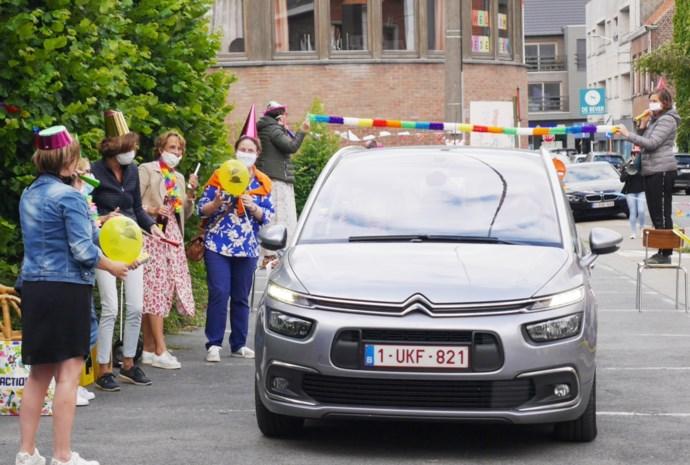 KBO Bevere laat zesdejaars afzwaaien met drive-in proclamatie