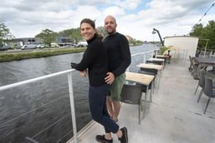 Jaloers zijn hoeft niet meer: gasten voortaan welkom op tot zomerbar omgebouwde woonboot, maar niet alle zomerbars krijgen vergunning
