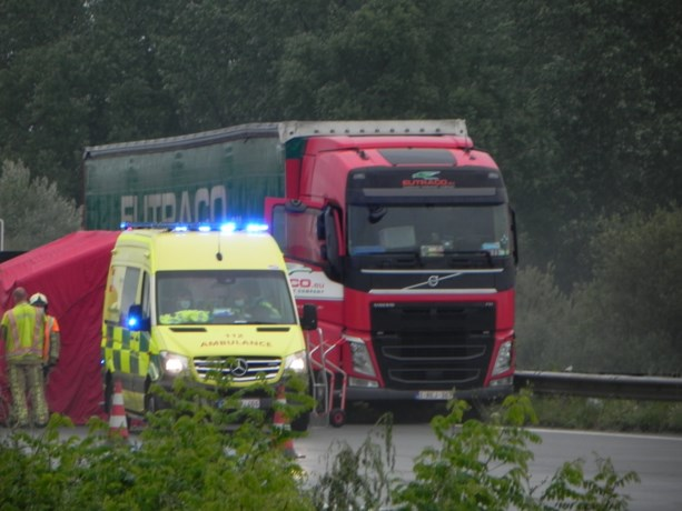Trucker wordt onwel achter het stuur, rijdt tegen middenberm en overlijdt op autosnelweg