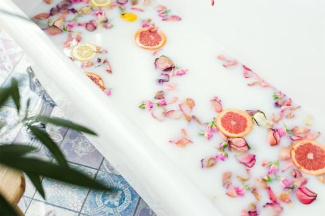 Een beetje suiker en een stuk fruit: meer heb je niet nodig om je bad grondig te poetsen