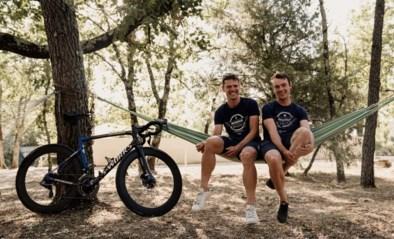 """Yves Lampaert en Stijn Steels: """"Vroeger trainden we hier negen uur, waarvan we vijf uur lagen te pitten onder een kersenboom"""""""