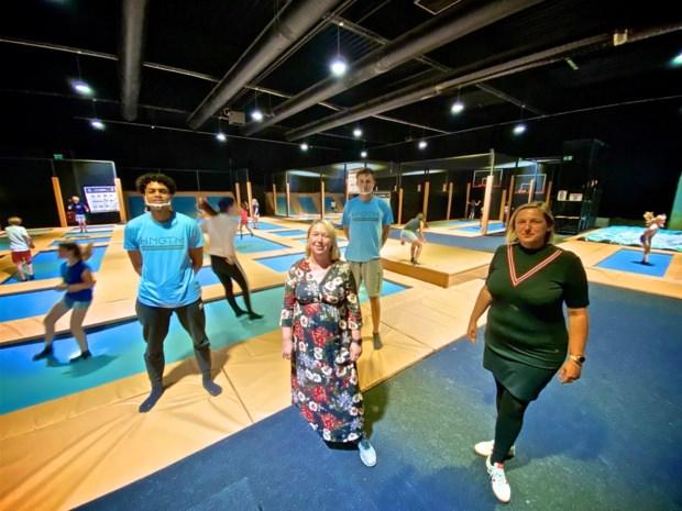 """Pretparken, zwembaden en indoor speeltuinen opnieuw open op eerste dag zomervakantie: """"Eindelijk kunnen we ons terug uitleven"""""""