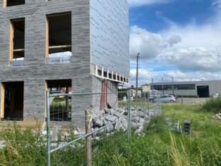 Zijgevel kantoorcomplex in aanbouw komt naar beneden in Massenhoven