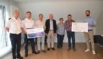 Huisartsenkring Pajottenland schenkt cheque aan brandweerpost en Rode Kruis