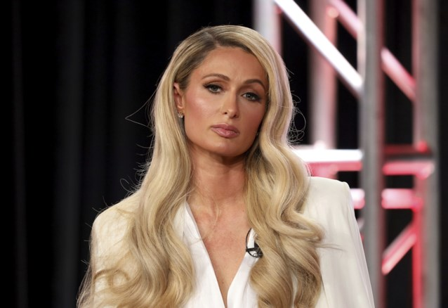 Paris Hilton onder vuur voor 'nutteloos mondmasker'