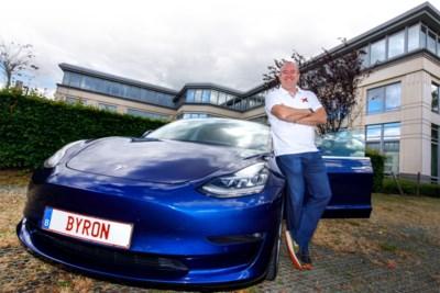 """De Belgische superfan die al in 2011 een Tesla kocht: """"Enkel laadpalen bij IKEA. Ik kan geen balletjes meer zien"""""""
