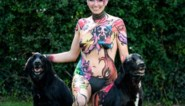 Liefde voor hond op haar lijf getekend: ultraloopster laat zich bodypainten voor dierenasiel