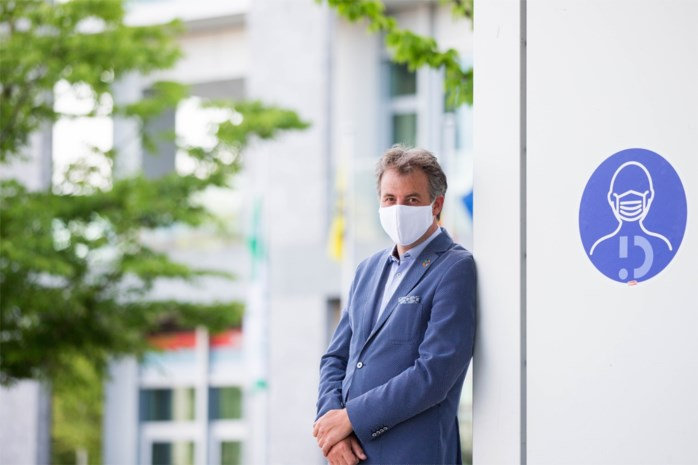 """De burgemeester die mondmaskers voor twee uur verplicht maakte: """"De kritiek doet mij weinig"""""""