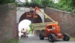 Vangnetten onder spoorbrug moeten vallende stenen opvangen