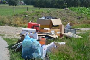 Sluikstorter dumpt afval langs kant van de weg