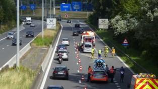 Zwangere vrouw en passagier lichtgewond bij botsing op R8
