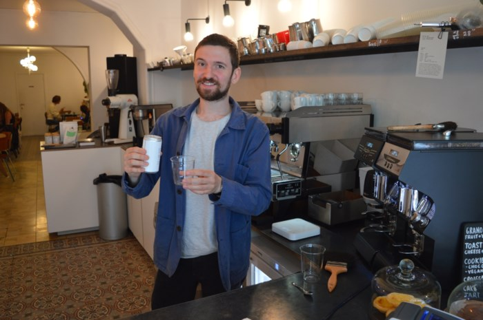 Deze koffiebar schenkt wel heel bijzonder kopje troost: verse koffie uit blik