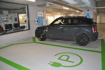 """Brussel wil meer dan 11.000 elektrische laadpalen plaatsen tegen 2035: """"Geen gemakkelijke taak, maar de achterstand is dan ook enorm"""""""