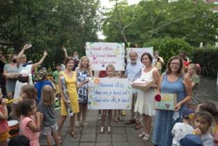 Kinderen en ouders zwaaien gepensioneerde juffen uit