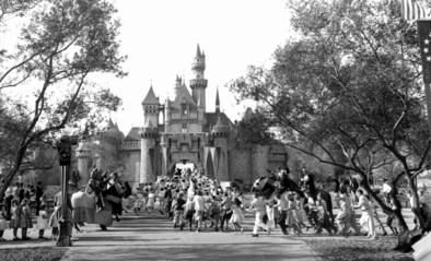 Hoe de opening van Disneyland uitdraaide op een regelrechte ramp, en het kasteel van Doornroosje zelfs bijna in de as lag