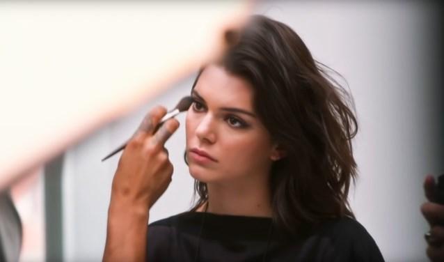 Kendall Jenner maakt selfies voor nieuwe campagne Burberry