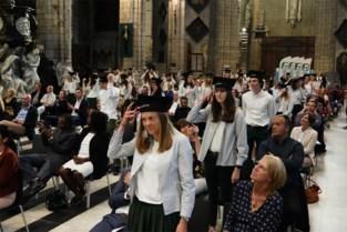 FOTO. Honderden 'groentjes' krijgen diploma op unieke locatie