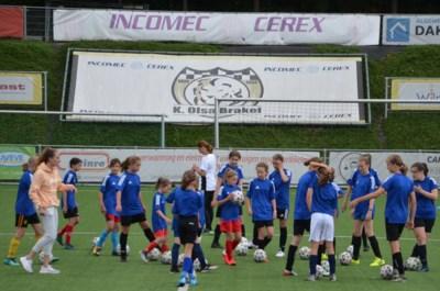 """Red Flame Tessa Wullaert traint de meisjes van Olsa: """"Blijf voetballen, blijf jullie amuseren"""""""
