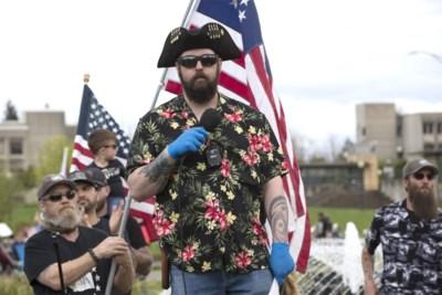 Facebook verwijdert honderden accounts van 'Boogaloo Boys': witte mannen die dol zijn op wapens en Hawaïhemden en hopen op een nieuwe Burgeroorlog
