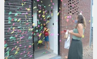 Kleuterjuffen met confetti-kanon aan huis