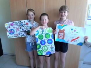 Leonie, Jana en Emilia winnen Vredesposter tekenwedstrijd