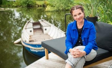 """Siska Schoeters bekijkt zomer vanaf haar vijver voor Radio 2: """"Moesten hier eens voor kikkers vluchten"""