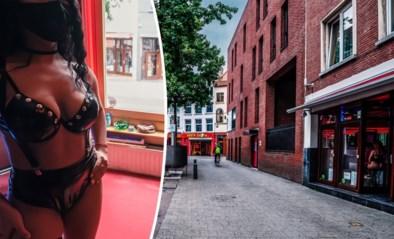 """""""Allemaal stonden ze daar kwispelstaartend, na drie maanden lockdown"""": hoe Antwerpse rosse buurt heropening beleefde"""