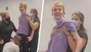 Tiener reageert dolgelukkig wanneer hij negen maanden na zwaar ongeval weer kan rechtstaan