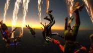 Skydivers springen uit vliegtuig met vuurwerk aan hun voeten, en dat levert spectaculaire beelden op