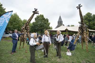 Gezellige zithoekjes en open feesttenten: Oostkamp coronaproof de zomer in