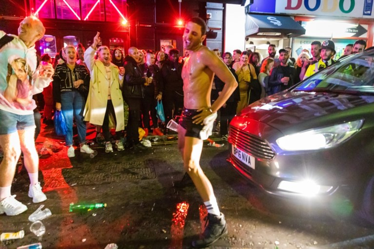 Britten mogen terug naar de pub: 'Super Saturday' maakt naam meteen waar, maar van social distancing is amper sprake