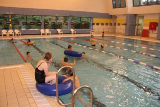 Wie wil gaan zwemmen, trekt zwemshort of badpak best thuis al aan
