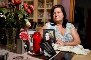 """Eén jaar na verkeersdrama waarbij vijf jongeren omkwamen: """"Ik slaap elke nacht met het T-shirt waarin mijn dochter stierf"""""""