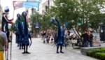 Steltenlopers vrolijken centrum van Sint-Niklaas op