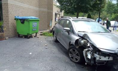 95-jarige bestuurder richt ravage aan met wagen bij dienstencentrum