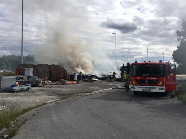 Brandweer krijgt afvalbrand maar moeilijk onder controle