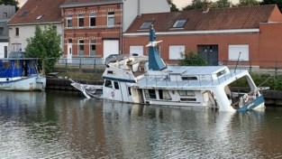 """17 meter lange boot aan het zinken: """"Gespecialiseerde firma komt hem takelen"""""""