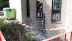 Man (95) rijdt deur van rusthuis aan diggelen en botst tegen gevel van dienstencentrum
