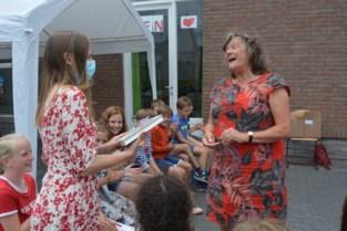 Kinderen van basisschool De Wegwijzer helpen jeugdauteur Hetty Van Aar een boek schrijven