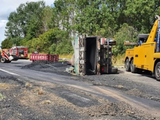 Urenlange hinder op de A19 door gekantelde vrachtwagen