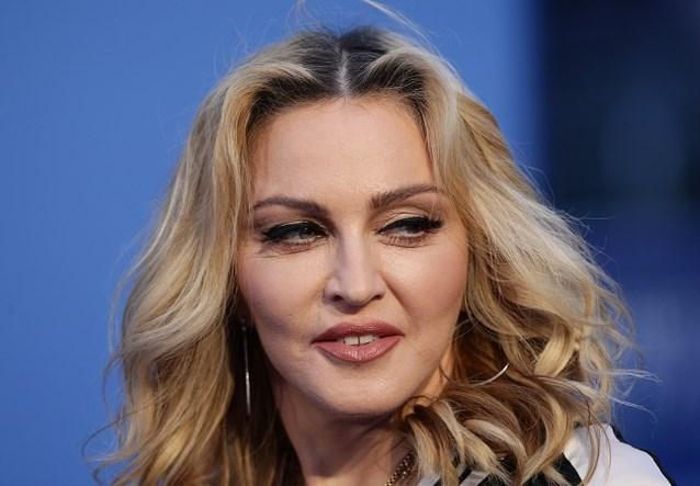 Madonna post topless foto terwijl ze op een kruk leunt na knieblessure