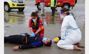 Hulpdiensten houden grootscheepse reddingsoefening op strand, met respect voor coronaregels