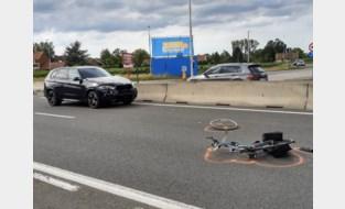 Fietser (65) overlijdt vlak bij woning na aanrijding bij oversteken Rijksweg