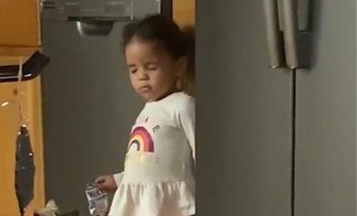 Meisje wordt betrapt wanneer ze koekje uit kast neemt. Hoe ze straf probeert te ontlopen, is wel érg creatief