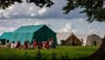 Pijlen op de vloer, nadarhekken en elke bubbel een eigen polsbandje: onze reporter zag hoe een kamp eraan toegaat in coronatijden