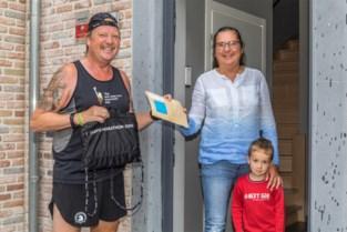 """Organisator brengt rugnummers marathon al joggend rond: """"Normaal liep ik dit jaar mijn zestigste marathon"""""""